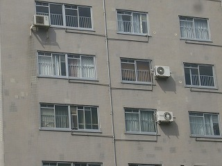 街で見かけた壁掛け室外機の画像