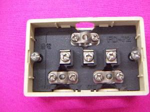 ネジで同軸ケーブルを固定する分配器