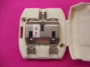 挟み込んで同軸ケーブルを固定する分配器