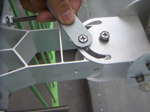 方位角調整ボルトの仮固定